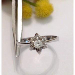 Старинное кольцо с бриллиантом из белого золота с бриллиантом